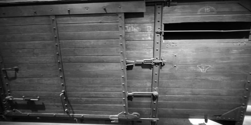 Vagão de madeira onde se transportavam os prisioneiros